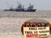 Enez Limanı'na yanaşacak trol teknelerine vatandaşlar tepki gösterdi
