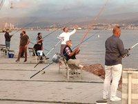 İzmit Körfezi sahilleri olta balıkçılarıyla doldu