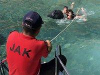 Fethiye'de deniz kıyısında mahsur kalan tatilcileri JAK kurtardı