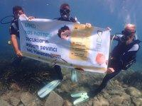 DMD hastalığına dikkat çekmek için deniz dibinde pankart açtılar