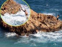 Sivri kayalıklarda tehlikeye aldırış etmeden deniz keyfi yaptılar