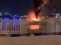 BAE'de içerisinde 100 araç bulunan gemide yangın çıktı