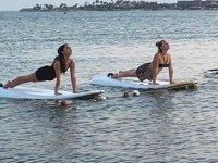 Çeşme'de sörf tahtası üzerinde yoga yapıyorlar