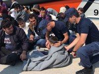 Botları batan düzensiz göçmenleri Sahil Güvenlik kurtardı