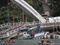 Tayvan'da 140 metrelik köprü, balıkçı teknelerinin üzerine çöktü