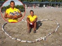 Antalyalı cankurtaran, sahilden 15 bin izmarit toplayıp şişeledi