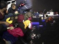 Ayvalık'ta tekne battı: 1 çocuk öldü, 33 göçmen kurtarıldı, kayıp 1 bebek aranıyor