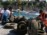 Dalgıçlar, denizden kamyon dolusu lastik çıkardı