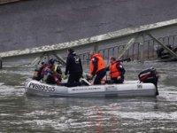 Fransa'da köprü çöktü, araçlar göle düştü