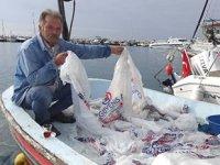 Ağlarına balık yerine naylon poşet takıldı