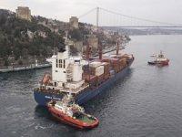 Kazazede gemi M/V SONGA IRIDIUM, römorkörler eşliğinde Ahırkapı'ya demirliyor