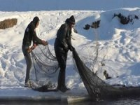 Kars'ta eksi 25 derece soğukta balık avı