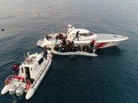 Batmak üzere olan göçmen botunu Sahil Güvenlik ekipleri kurtardı
