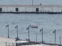 Denize düşen otomobilin sürücüsü kendi imkanlarıyla sudan çıktı