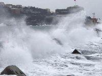 Zonguldak'ta dalgalar mendireği aştı