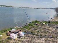 Baraj kenarında balık tutan iki kişiye ceza kesildi