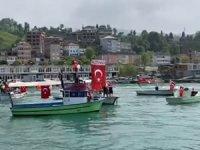 Rizeli balıkçılar bayraklarla 19 Mayıs'ı kutladı