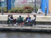 İzmir'de sahiller gençlere kaldı