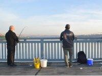 Balıkçılar oltalarını alıp Unkapanı Köprüsü'nde balık tuttu