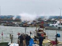 Fırtına uyarısı nedeniyle balıkçı tekneleri limana çekildi