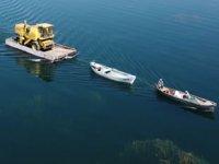 Beyşehir Gölü'nde yüzdürülerek adaya götürülen biçerdöverle hasat yapılıyor