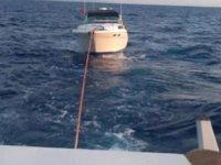 Kayalıklara çarparak su alan 'Alina' isimli tekne karaya oturdu