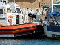 İtalya açıklarında göçmenleri taşıyan botta yangın çıktı: 3 ölü