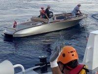 Makine arızası nedeniyle sürüklenen tekneyi Kıyı Emniyeti ekipleri kurtardı