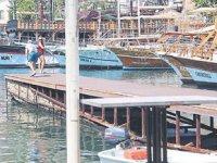 Kaleiçi Yat Limanı'nda çökmek üzere olan iskele tehlike saçıyor