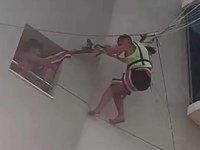 Marmaris'te iki turistin deniz paraşütü keyfi otel çatısında son buldu