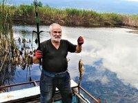 Yapay gölette tekneyle balık avlıyorlar