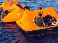 Birbirine bağlanmış üç can salı içinde 83 göçmen kurtarıldı