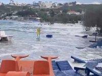 İzmir'de 6.6 büyüklüğündeki deprem sonrası tsunami paniği yaşanıyor