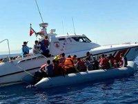 Yunanlılar'ın denizde ölüme terk ettiği 21 kaçak göçmen kurtarıldı
