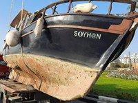 Gazimağusa'da taşınan tekne yola devrildi