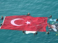 Antalya'da öğrenciler Ata'yı denizde açtıkları 54 metrekarelik bayrakla andı