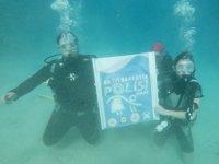 Suyun altında uyuşturucuyla mücadele pankartı açıldı