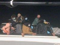 Sürüklenen teknedeki 12 kaçak göçmeni Sahil Güvenlik kurtardı