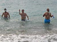 Mersin'de kış ortasında denize girme etkinliği düzenlendi