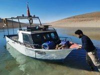 Koronavirüsten korunmak için baraj gölündeki adacığa yerleşti