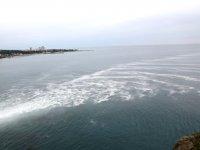 Antalya'da zehirli köpükler denize yayılıyor