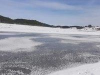 Sıcaklıklar eksiye düşünce Süleymanlı Gölü buz tuttu