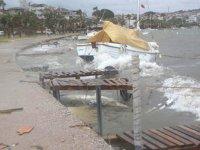 Ayvalık'ta şiddetli rüzgar nedeniyle tekneler battı