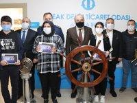 İMEAK DTO Aliağa Şubesi, ihtiyaç sahibi öğrencilere tablet bağışında bulundu