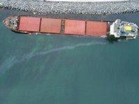 Zeytinburnu'nda karaya oturan gemiden yakıt sızmaya başladı