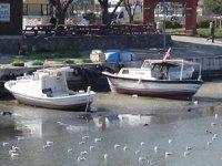 Sarıçay'da sular çekildi, tekneler karaya oturdu