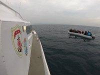 Ayvalık'ta Türk karasularına itilen 44 göçmen kurtarıldı