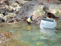 Çöp konteynerinin denize atılması tepki çekti