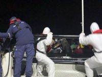 Tekneleri arızalanan göçmenleri Sahil Güvenlik kurtardı
