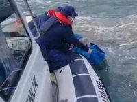 Çanakkale'de teknesi batan balıkçıyı Sahil Güvenlik ekipleri kurtardı